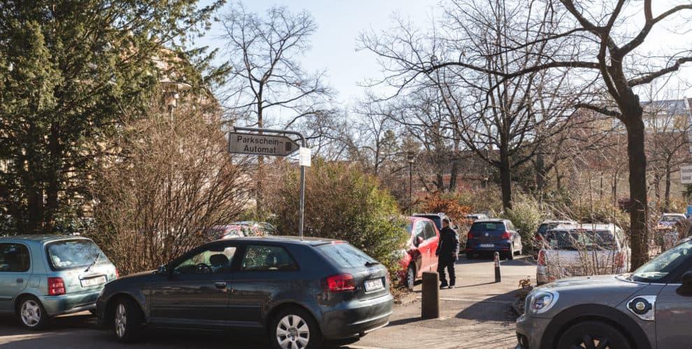 Autos auf dem Theaterplatz in Erlangen.
