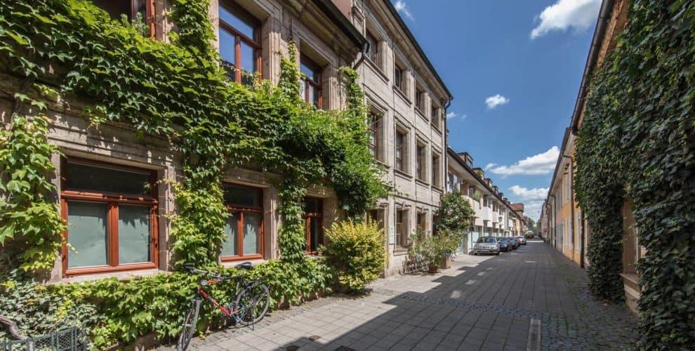 Straße mit grün bewachsenen Häusern in Erlangen