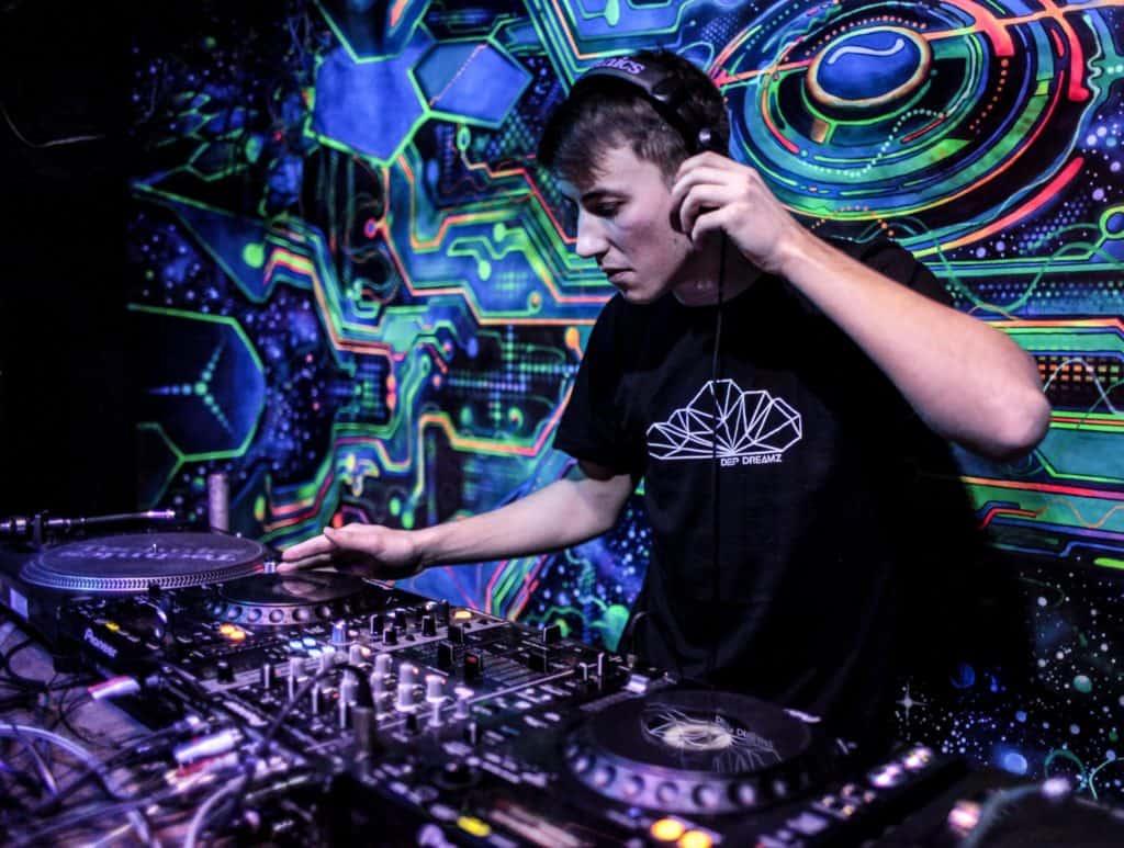 DJ legt im Club auf