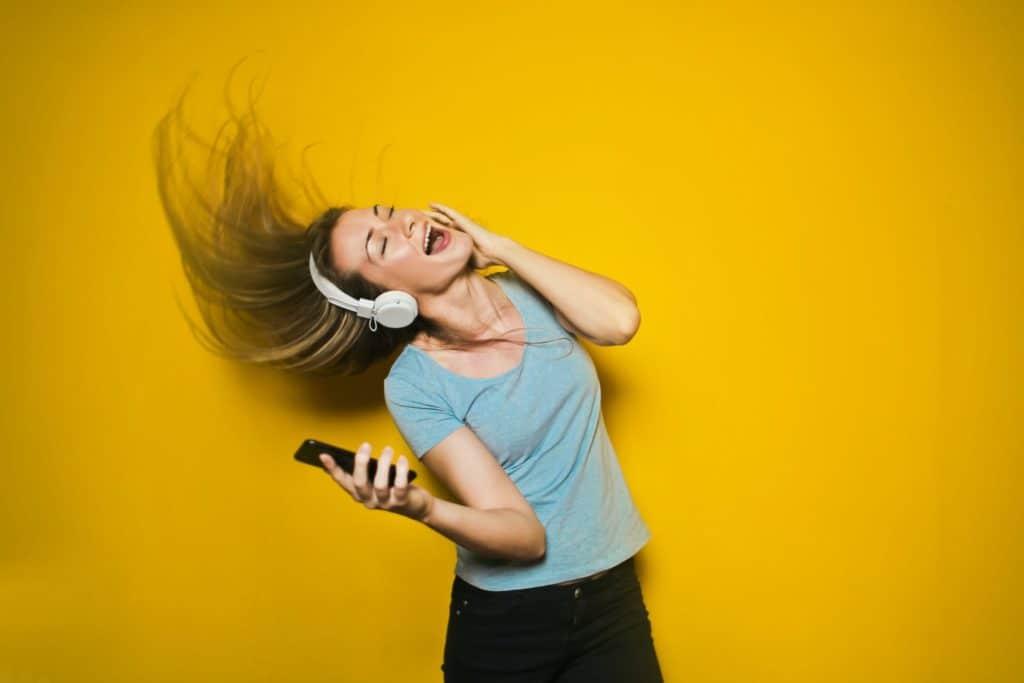 Mit Kopfhörer tanzen