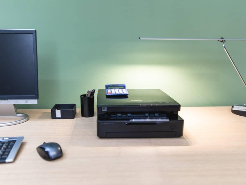 drucker-scanner-auf-schreibtisch