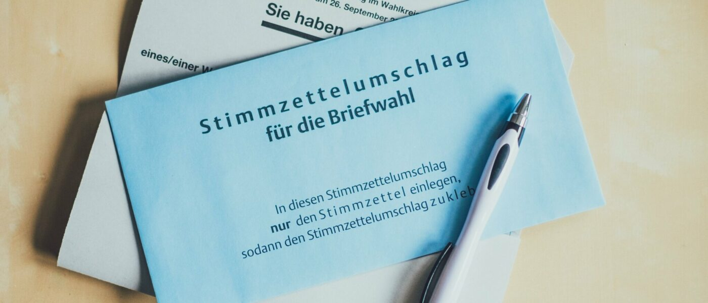 Blauer Stimmzettelumschlag für die Briefwahl
