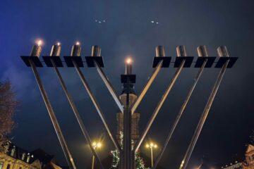Leuchter vor der Hugenottenkirche